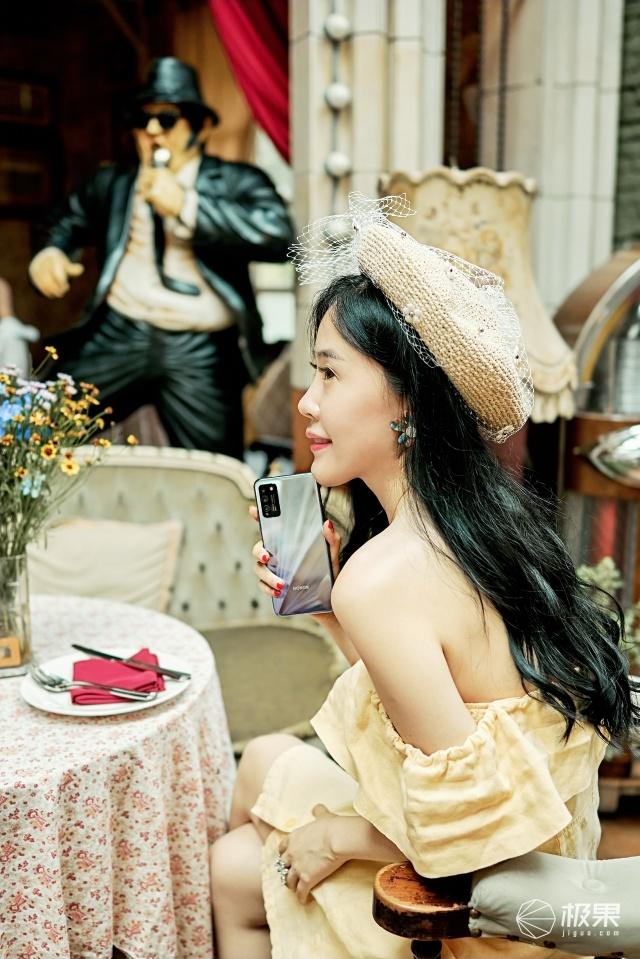 当荣耀30青春版邂逅双面小姐姐:优雅与律动同在,解锁青春之美!