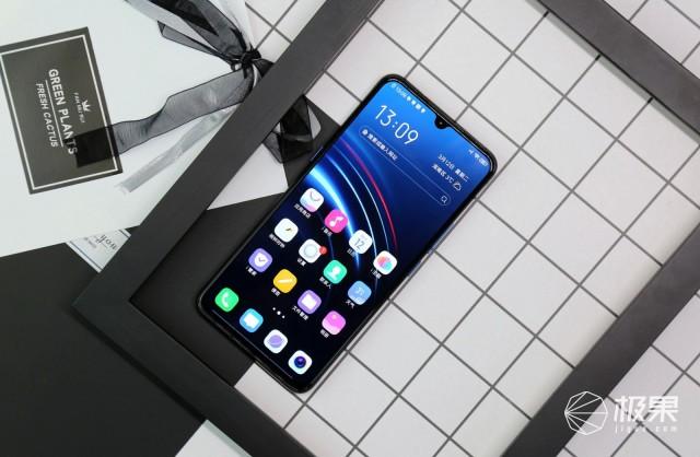 iQOO电光蓝手机