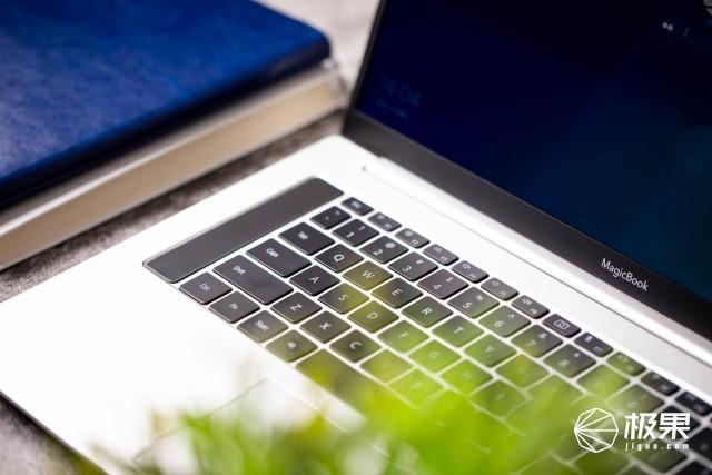 價格戰的頭排兵!標壓U竟然被打到4千以下,榮耀MagicBookPro上手玩