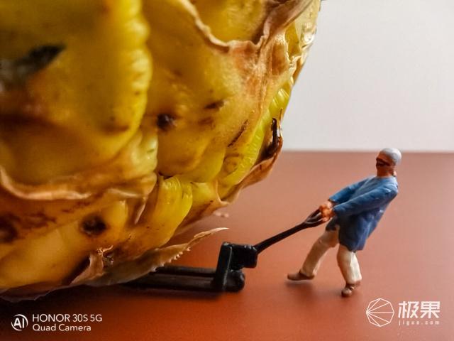"""""""小人国""""里的水果有多香?荣耀30S这波操作太魔幻了……"""