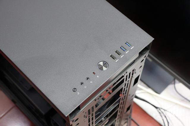 全金属机身设计,钢化侧透内部空间充足,TtS500机箱体验