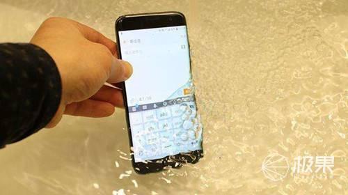 """手机落水不慌了!OPPO公开""""终端落水保护方法""""专利,设备可充气浮于水面"""