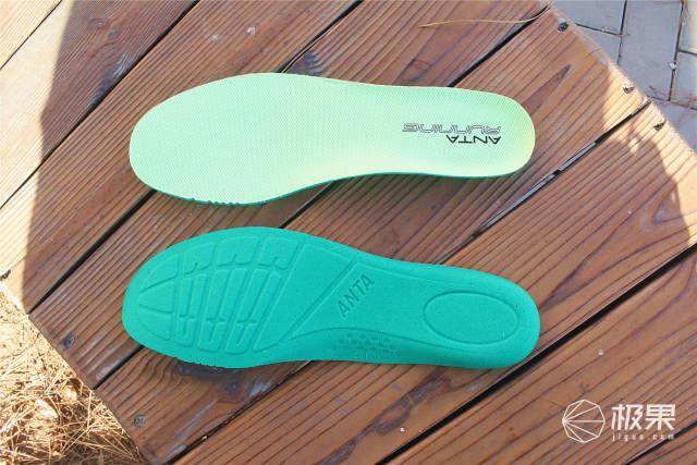 1.8亿跑友送上的开年礼:安踏X咕咚联名跑鞋评测