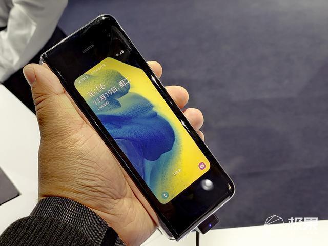 三星W205G现场上手图赏:菱角更分明,风格更硬朗的5G商务手机