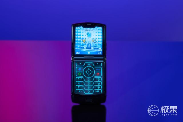 「手机逼格终极之战」三星、Moto折叠屏互怼:谁是吸睛之王?