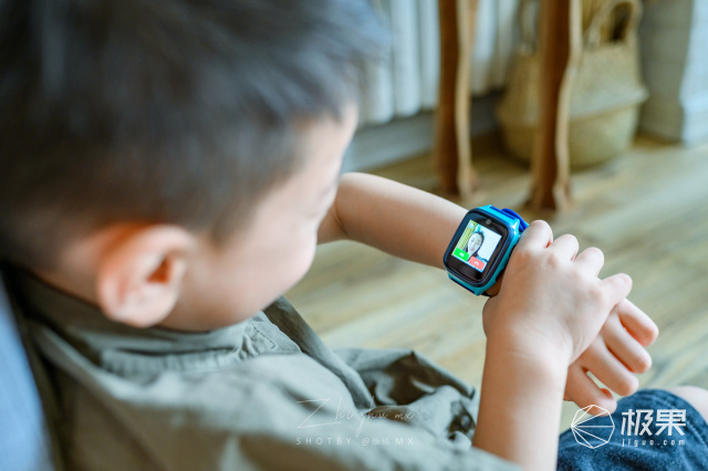 4G高清实时视频+八重AI定位,这块手表还能回答十万个为什么!