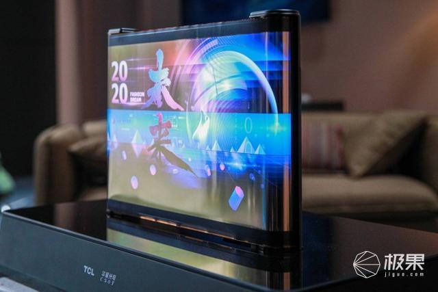 燃爆了!TCL发布多款智能新品:17寸卷轴屏、量子点电视