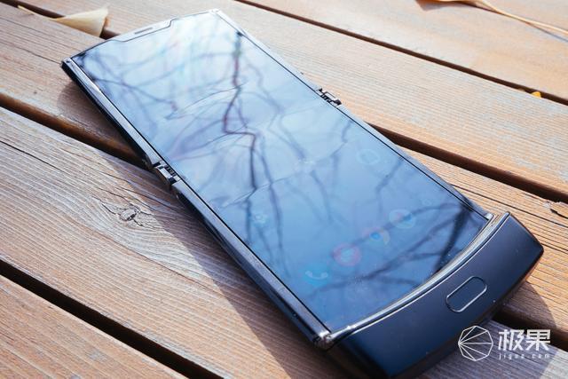 摩托罗拉Razr折叠屏手机上手图赏:一代经典的智能回归!